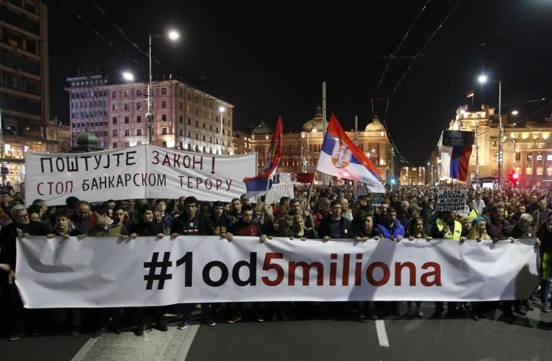 Proteste la Belgrad – un grup de protestatari a patruns in sediul televiziunii de stat