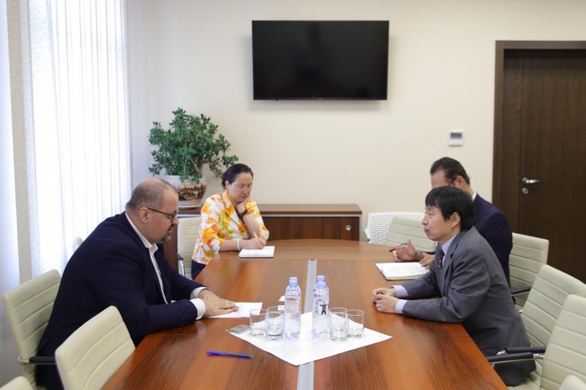 ADRIAN LEBEDINSCHI A AVUT O INTREVEDERE CU AMBASADORUL JAPONIEI IN REPUBLICA MOLDOVA, MASANOBU YOSHII