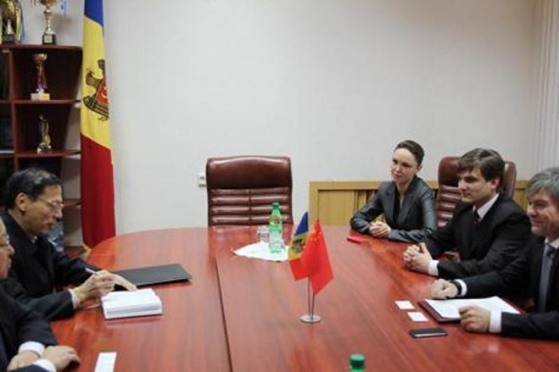 LA CHIŞINĂU S-A DISCUTAT DESPRE INTENSIFICAREA COOPERĂRII ECONOMICE DINTRE MOLDOVA ŞI CHINA