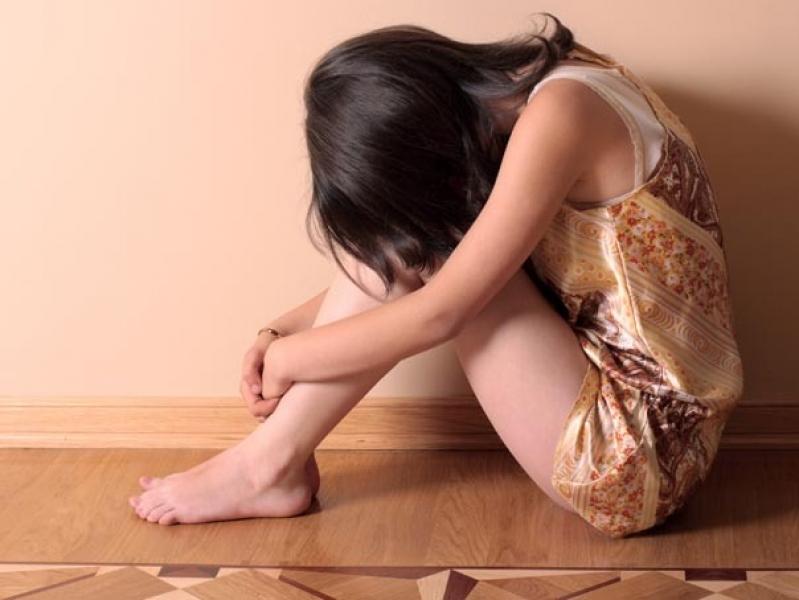 Fetita de 7 ani, violata de tatal sau, in timp ce mama sa era plecata din tara. Barbatul a fost retinut pentru 24 de ore