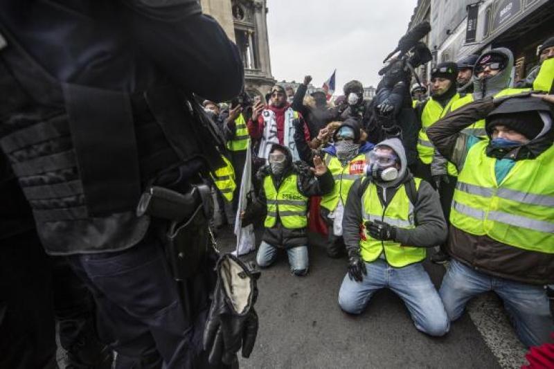 """Soldatii francezi ar putea deschide focul daca vietile lor sau ale civililor vor fi puse in pericol la protestele """"vestelor galbene"""""""