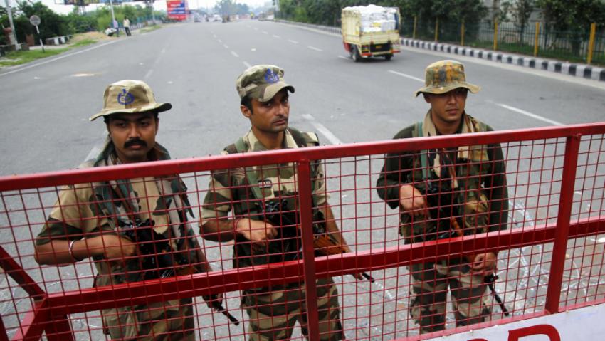 Milioane de indieni, nevoiti sa revina pe jos acasa din cauza restrictiilor antiepidemice