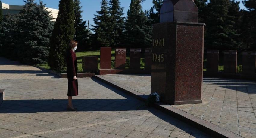 DE 9 MAI, MAIA SANDU A MERS SA DEPUNA FLORI LA UN COMPLEX MEMORIAL SOVIETIC