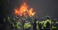 Parisul, devastat de proteste violente: Copaci dezradacinati, masini incendiate. Politia a folosit tunuri cu apă