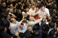 Violente in Parlamentul din Hong Kong. Un parlamentar a fost luat pe targa
