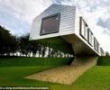 Casa care sfidează legea gravitaţiei: jumătate e în aer