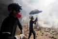 Violente intr-un campus universitar din Hong Kong. Protestatarii au tras cu arcuri cu sageti si proiectile incendiare