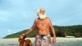 Milionarul care a pierdut tot si acum traieste pe o insula pustie doar cu ciinele lui