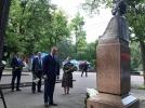 PRESEDINTELE R. MOLDOVA A DEPUS FLORI LA BUSTUL POETULUI MIHAI EMINESCU