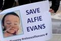 """Condamnat la """"moarte demna"""" de medicii britanici, micul Alfie poate muri si pentru CEDO"""
