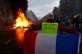 """Lupte de strada, baricade si haos la Paris. Mesajul lui Macron pentru """"vestele galbene"""""""