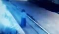 Mai multe camere video surprind cum o femeie dispare fara nici o explicatie (video)