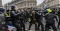Imagini dure de la protestul Vestelor Galbene. Trei politisti, aproape sa fie linsati