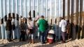 O suta de migranti au incercat sa treaca din Mexic in Statele Unite de Anul Nou