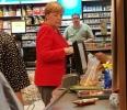 Angela Merkel a iesit la cumparaturi