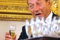 Ziaristi cazuti de pe Luna. Basescu NU a devenit cetatean moldovean