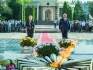 """Conducerea tarii a depus flori la """"Focul Vesnic"""" de la Complexul Memorial """"Eternitate"""""""